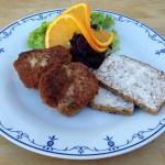 2 frikadeller med rødkål og brød_2 - Kokken